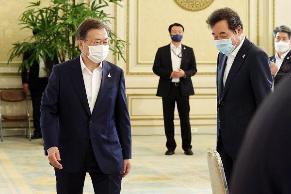 문재인 대통령이 3일 오전 청와대에서 열린 제1차 한국판 뉴딜 전략회의에 참석하고 있다. 오른쪽은 이낙연 더불어민주당 대표. ⓒ뉴시스