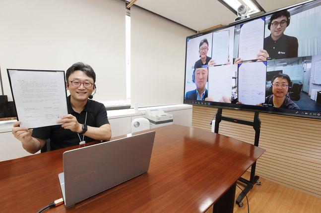 서울 광화문 KT 빌딩에서 KT 기업부문 박윤영 사장이 디지털웍스 화상회의 솔루션을 통해 국내 강소기업 대표들과 MOU를 체결하고 있다.ⓒKT