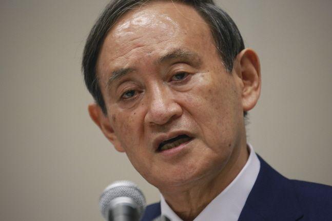 스가 요시히데 일본 관방장관이 2일 도쿄에서 기자회견을 열고 연설하고 있다.ⓒAP/뉴시스