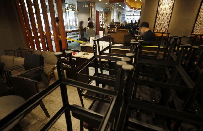 신종 코로나바이러스 감염증 방역을 위해 수도궈을 대상으로 사회적 거리두기 2.5단계가 시행 중인 가운데 서울 중구에 위치한 대형 프랜차이즈 커피전문점을 찾은 시민들이 커피 테이크아웃을 하고 있다.ⓒ뉴시스