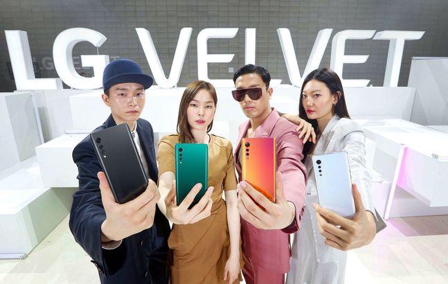 모델들이 지난 5월 7일 온라인 패션쇼 콘셉트로 열린 LG전자 상반기 전략 스마트폰 'LG 벨벳' 론칭 행사에서 제품을 소개하고 있다.ⓒLG전자