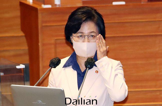 추미애 법무부 장관이 14일 오후 국회 본회의장에서 열린 정치분야 대정부질문에서 의원들의 질문에 답변을 하고 있다. ⓒ데일리안 박항구 기자