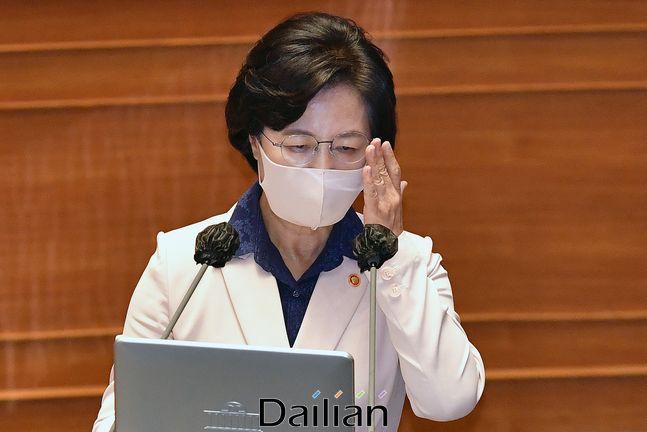 추미애 법무부 장관이 14일 국회에서 열린 정치 분야 대정부질문에서 의원들의 질문을 들으며 안경을 만지고 있다. ⓒ데일리안 박항구 기자