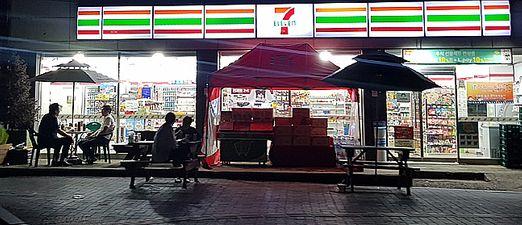 서울 마포구에 위치한 한 편의점 앞에서 시민들이 맥주를 즐기고 있다.ⓒ데일리안