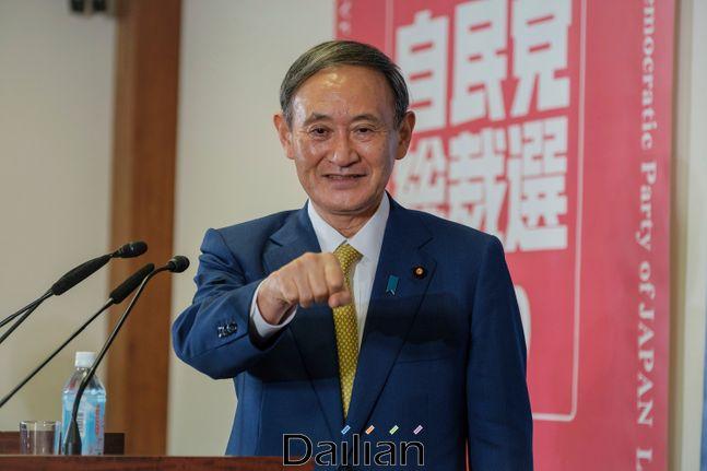 스가 요시히데 일본 관방장관이 14일 자민당 총재 선거에서 압승을 거뒀다. ⓒAP_뉴시스