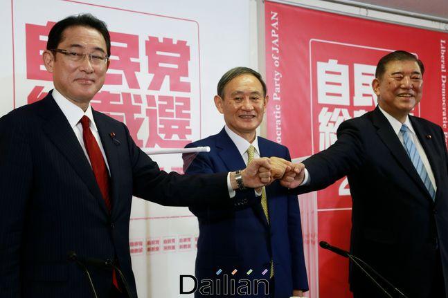 지난 8일 일본 도쿄 자민당 본부에서 열린 자민당 총재 후보 입회 연설회를 앞두고 기시다 후미오 정조회장(왼쪽), 스가 요시히데 관방장관(가운데), 이시바 시게루 전 간사장(오른쪽)이 기념촬영을 하고 있다. ⓒAP/뉴시스