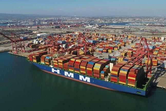 HMM 컨테이너선이 미국 롱비치항에서 하역 작업을 하고 있다.ⓒHMM