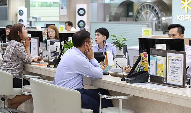 서울 여의도의 한 은행 창구에서 시민들이 상담을 받고 있다.(자료사진) ⓒ데일리안 류영주 기자