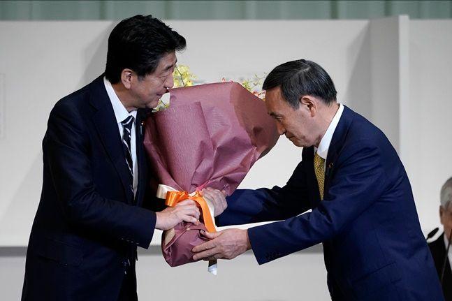 일본 아베 전 총리와 스가 신임 총리. ⓒ 뉴시스
