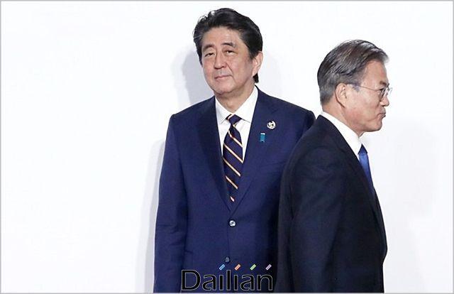 문재인 대통령과 아베 신조 일본 총리(자료사진). ⓒ연합뉴스