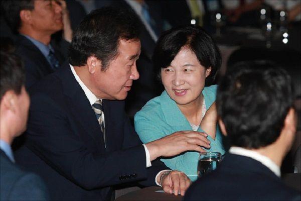 지난 2017년 7월 28일 서울 중구 한국프레스센터에서 열린 2017 인터넷신문의 날 기념식에서 이낙연 더불어민주당 대표(당시 국무총리)와 추미애 법무장관(당시 더불어민주당 대표)가 대화를 하고 있다. ⓒ데일리안 홍금표 기자