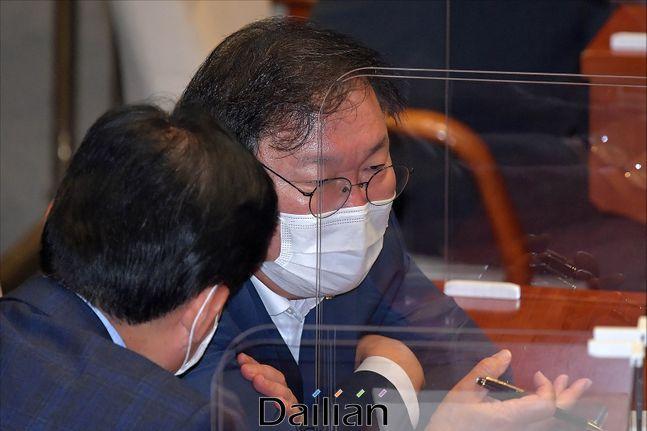 더불어민주당 김태년 원내대표가 15일 오후 국회에서 열린 본회의에서 대화를 하고 있다. ⓒ데일리안 박항구 기자