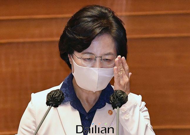추미애 법무부 장관이 지난 14일 서울 여의도 국회에서 열린 정치분야 대정부질문에서 의원들의 질문을 들으며 안경을 만지고 있다. ⓒ데일리안 박항구 기자