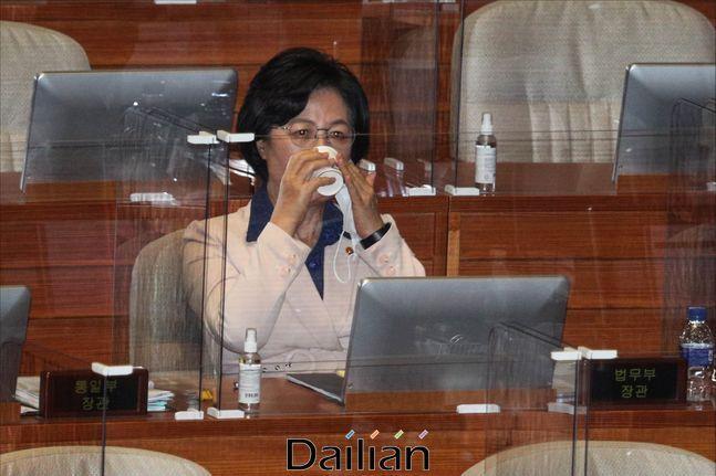 추미애 법무부 장관이 지난 14일 서울 여의도 국회에서 열린 국회 본회의에서 물을 마시고 있다. ⓒ데일리안 박항구 기자