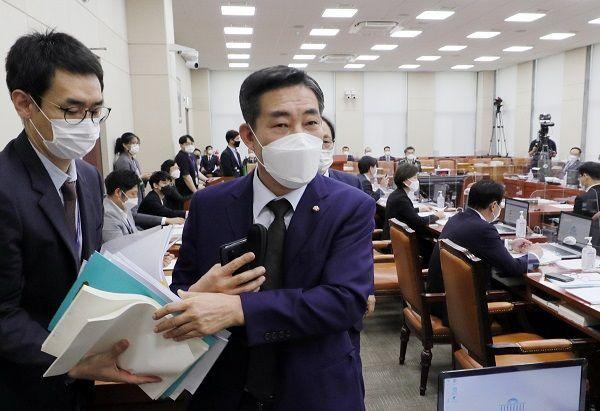 신원식 국민의힘 의원이 16일 서울 여의도 국회에서 열린 서욱 국방장관 후보자 인사청문회에서 홍영표 더불어민주당 의원의