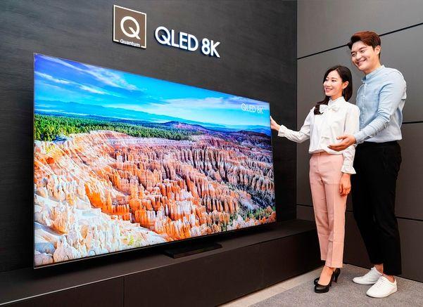 삼성전자 모델이 삼성 프리미엄 스토어 갤러리아 광교점에서 2020년형 QLED 8K TV 85인치 QT950S 신제품을 소개하고 있다.ⓒ삼성전자