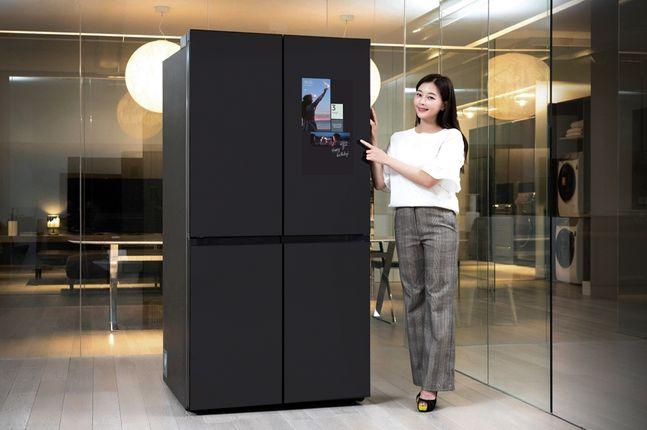 삼성전자 모델이 수원 삼성전자 디지털시티 프리미엄하우스에서 패밀리허브가 적용된 비스포크 냉장고 신제품을 소개하고 있다.ⓒ 삼성전자