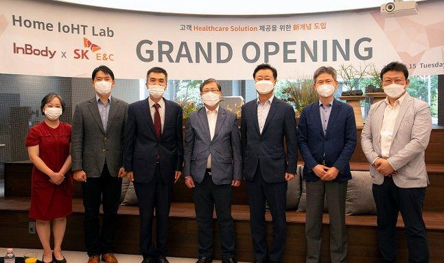 지난 15일 서울 강남구 논현동 인바디 본사에서 진행된 '홈 IoHT 랩' 오픈식에 참여한 전승태 SK건설 건축주택사업부문장(왼쪽 네번째)과 차기철 인바디 대표이사(왼쪽 세번째)가 기념사진을 촬영하고 있다.ⓒSK건설