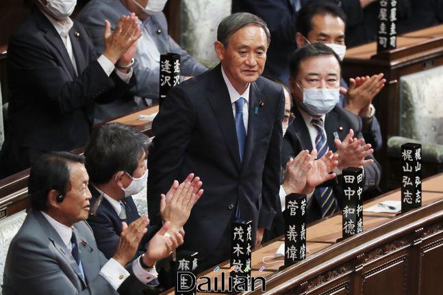 16일 스가 요시히데 신임 자민당 총재가 일본 국회에서 열린 총리 지명선거에서 총리로 선출된 후 동료 의원들의 박수를 받고 있다.ⓒAP/뉴시스