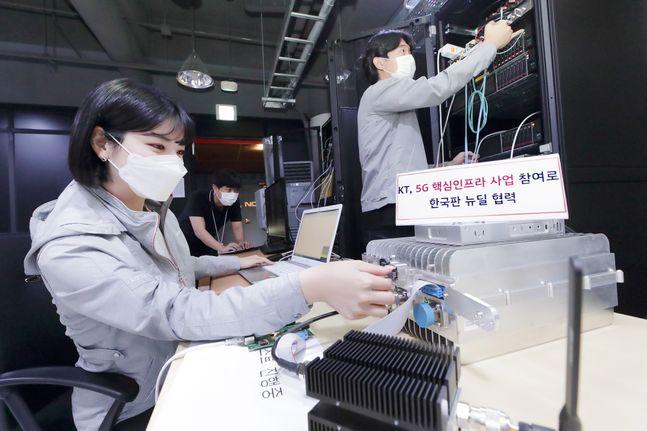 서울 우면동에 위치한 KT 융합기술원 5G 연구소에서 KT 연구원들이 5G 네트워크 장비를 테스트하고 있다.ⓒKT