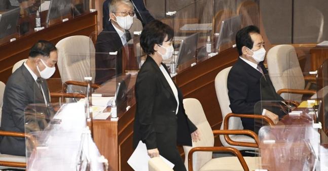 김현미 국토교통부 장관이 16일 국회 본회의에서 진행된 경제분야 대정부질문에서 답변을 위해 단상으로 향하고 있다. ⓒ연합뉴스