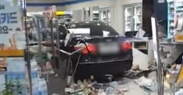 지난 15일 A씨의 차량이 경기도 평택시 포승읍 한 편의점을 들이받은 모습. ⓒ뉴시스