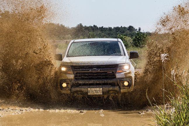 진흙길을 주행 중인 리얼 뉴 콜로라도. ⓒ한국GM