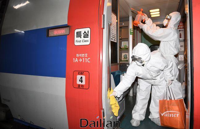 서울 용산구 서울역에서 방역작업자들이 KTX 내부 방역을 하고 있는 모습(자료사진). ⓒ데일리안 류영주 기자