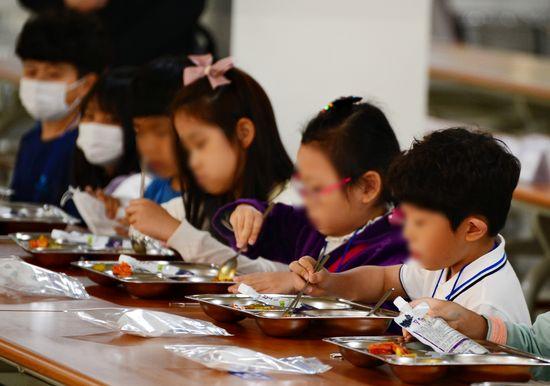 충북 청주 솔밭초등학교에서 발열확인을 마친 학생들이 한 방향으로 앉아 조용히 급식을 먹고 있다.ⓒ뉴시스