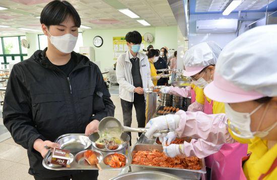 울산 중구 함월고등학교에서 학생들이 급식실에서 점심 배식을 받고 있다.ⓒ뉴시스