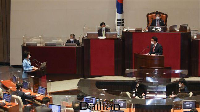 추미애 법무부 장관이 17일 오후 국회에서 열린 국회 본회의에서 대정부질문에 답변하고 있다. ⓒ데일리안 박항구 기자