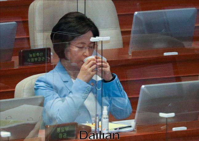 추미애 법무부 장관이 17일 오후 서울 여의도 국회에서 열린 국회 본회의에서 물을 마시고 있다.ⓒ데일리안 박항구 기자