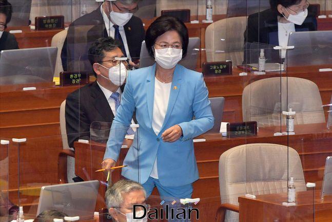 추미애 법무부 장관이 17일 오후 서울 여의도 국회에서 열린 국회 본회의에서 대정부 질문 답변을 위해 발언대로 이동하고 있다. ⓒ데일리안 박항구 기자