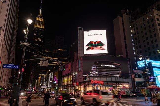미국 뉴욕 펜실베니아 플라자에서 운영 중인 삼성전자 폴더블 스마트폰 '갤럭시Z 폴드2' 옥외광고.ⓒ삼성전자