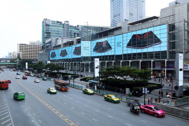 태국 방콕에서 운영 중인 삼성전자 폴더블 스마트폰 '갤럭시Z 폴드2' 옥외광고.ⓒ삼성전자