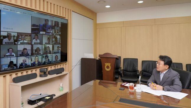 김광수(오른쪽) NH농협금융지주 회장이 17일 서울 중구 본사 화상회의실에서 열린 2020년 제2차 농협금융 글로벌전략협의회에서 회의를 주재하고 있다.ⓒNH농협금융지주