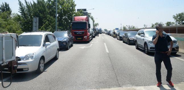 호남고속도로 서전주IC에서 전주IC 방면 6중 추돌사고가 발생한 8월 19일 고속도로 내부가 사고 차량으로 통제돼 있다.(자료사진) ⓒ뉴시스
