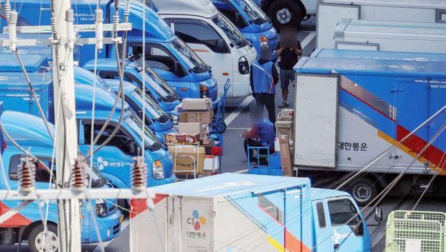 18일 서울의 한 택배 물류센터에서 택배기사들이 배송 준비를 하고 있다. 이날