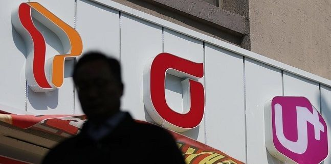 서울 시내의 한 지하철역 인근 휴대폰 대리점 앞으로 시민이 지나고 있다. ⓒ연합뉴스