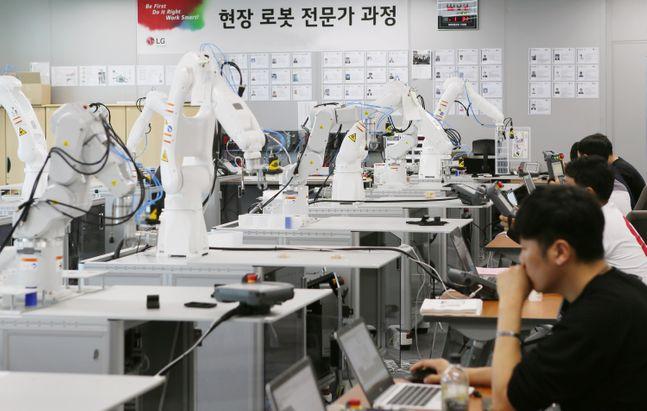 LG전자 협력사 직원들이 로봇 자동화 교육을 받는 모습.ⓒLG전자