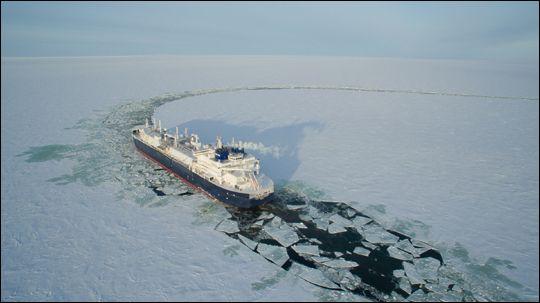 대우조선해양이 세계 최초로 건조한 쇄빙LNG선이 얼음을 깨면서 운항하고 있다.ⓒ대우조선해양