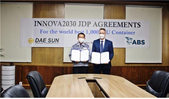 이수근 대선조선 대표이사(사진 왼쪽)와 대런 레스코스키 ABS 사업개발 임원(VP)ⓒ대선조선