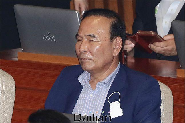 박덕흠 국민의힘 의원이 지난 8월 4일 오후 서울 여의도 국회에서 열린 국회 본회의에서 굳은 표정으로 토론을 지켜보고 있다.ⓒ데일리안 홍금표 기자