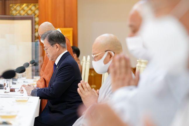 문재인 대통령이 18일 오전 청와대 본관에서 열린 한국 불교 지도자 초청 간담회에서 조계종 총무원장 원행 스님의 인사말에 함께 기도하고 있다. ⓒ청와대