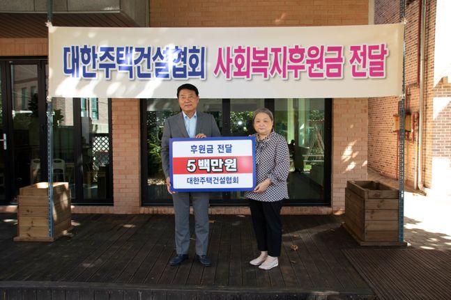 박재홍 대한주택건설협회장(왼쪽)이 김성숙 시온원 원장에게 후원금 500만원을 전달하고 있다.ⓒ대한주택건설협회