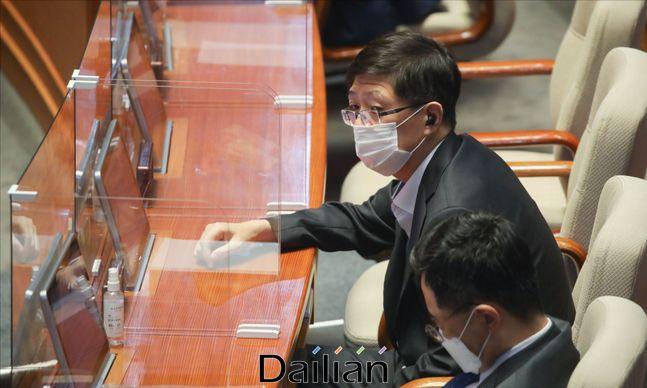 김홍걸 더불어민주당 의원이 지난 16일 서울 여의도 국회에서 열린 국회 본회의에 참석하고 있다. ⓒ데일리안 박항구 기자