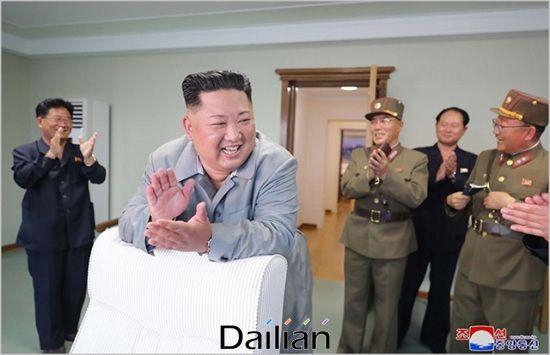 김정은 북한 국무위원장이 단거리 탄도미사일 시험발사를 지도하며 기뻐하고 있는 모습(자료사진). ⓒ조선중앙통신