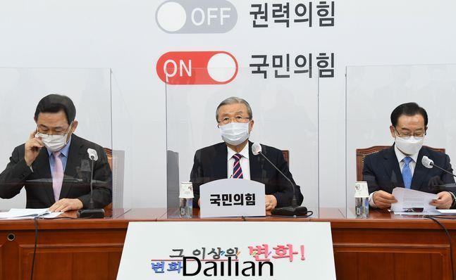 국민의힘 김종인(가운데) 비상대책위원장이 17일 국회에서 열린 비상대책위원회의에서 발언 하고 있다. ⓒ데일리안 박항구 기자