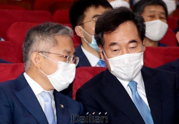 이낙연 더불어민주당 대표와 최강욱 열린민주당 대표가 지난7월 국회 의원회관에서 열린