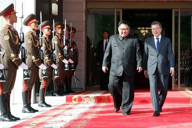 문재인 대통령과 김정은 북한 국무위원장이 2018년 5월 26일 오후 2차 남북정상회담을 가진 후 밝은 표정으로 회담장을 나서고 있다. ⓒ청와대